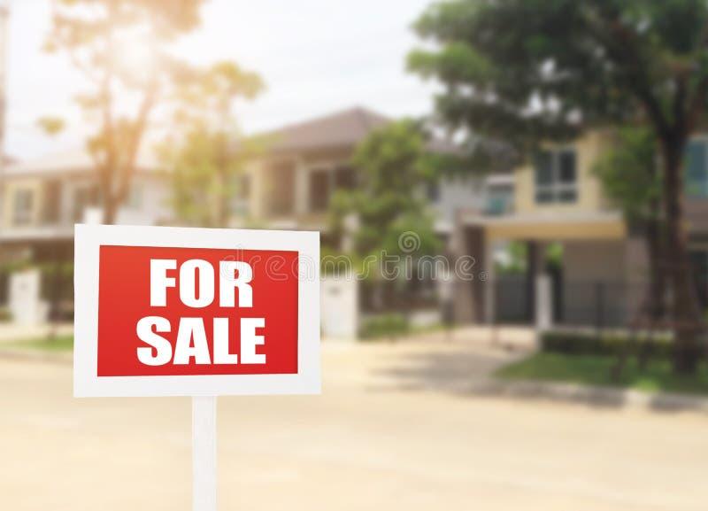 对销售企业新房在新前面的房地产标志 库存照片