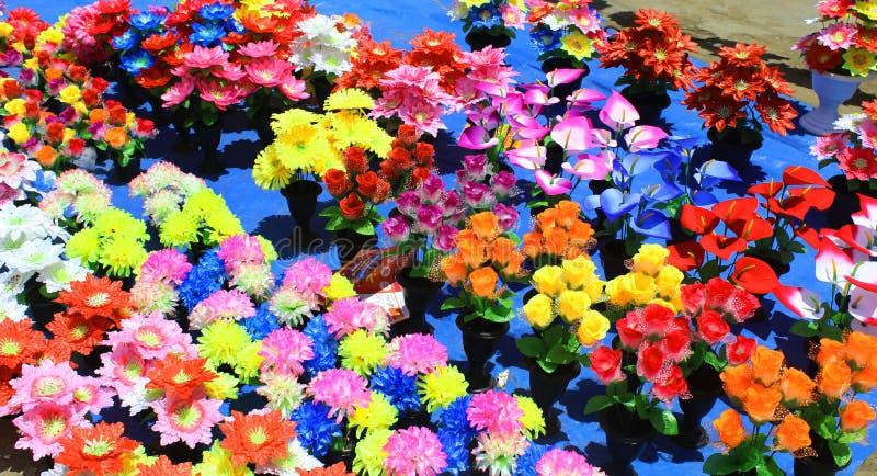 对销售的人为五颜六色的花束 免版税图库摄影