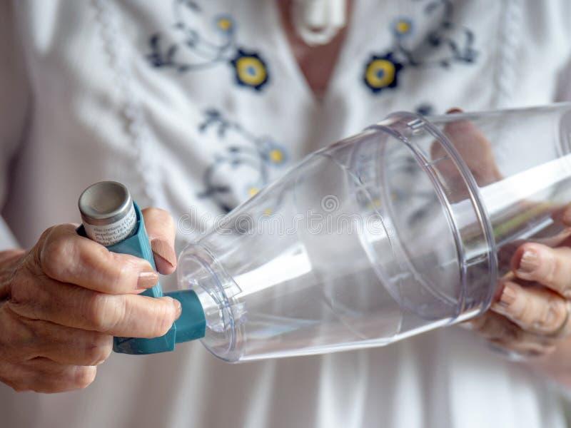 对间隔号设备的贴合哮喘吸入器 免版税库存照片
