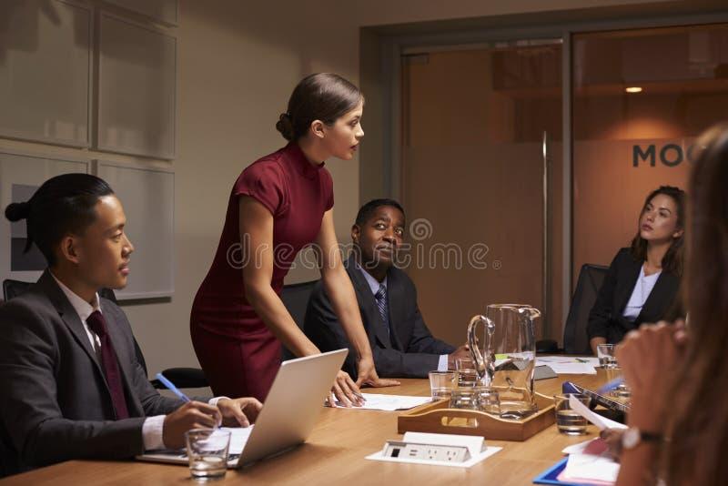 对队演讲的女性经理身分在业务会议上 免版税库存照片