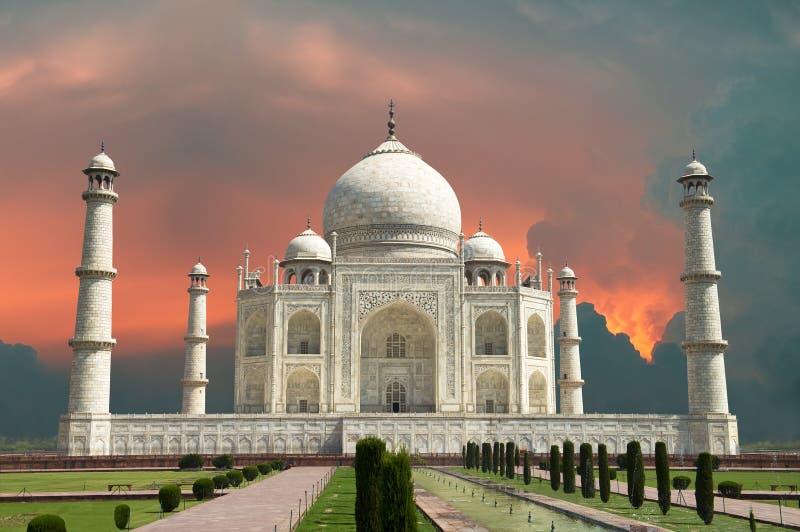 对阿格拉、印度、泰姬陵和红色风雨如磐的天空的旅行 免版税库存图片