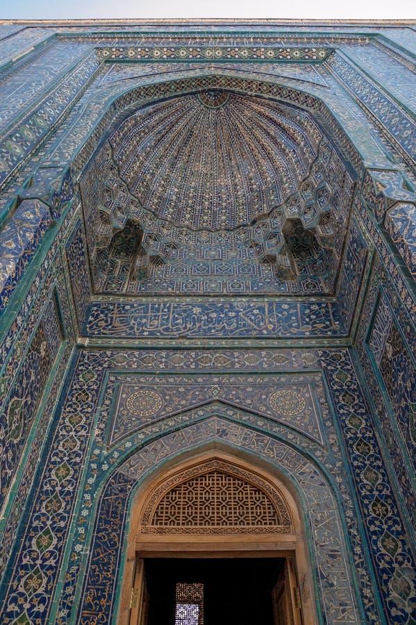 对陵墓的入口, Shah-I-Zinda,撒马而罕,乌兹别克斯坦 免版税库存图片