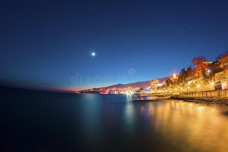 对雅尔塔海湾和都市风景的夜视图  库存照片