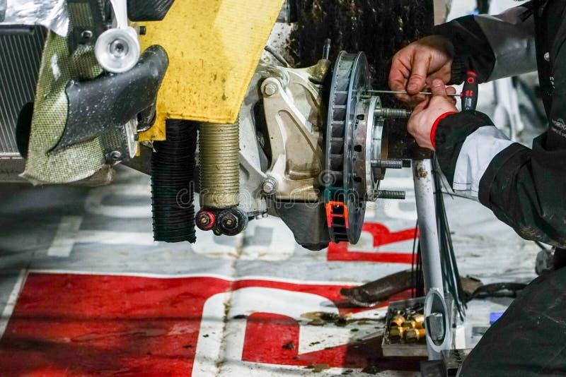 对集会汽车的制动系统修理在离开对种族前 库存图片
