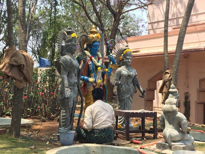 对雕塑的一种艺术家繁忙的给的最后的接触 库存图片