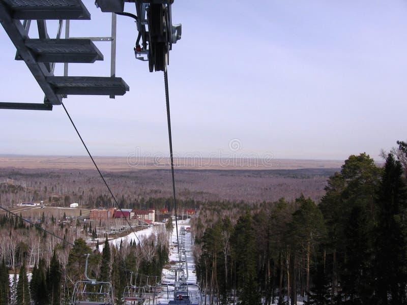 对雪倾斜的滑雪电缆车在手段的雪板运动的 免版税图库摄影