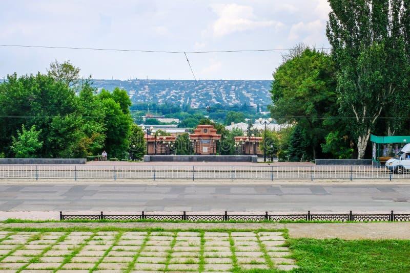 对革命的战斗机的纪念碑在奥尔德敦的背景的 Lugansk,乌克兰 库存图片