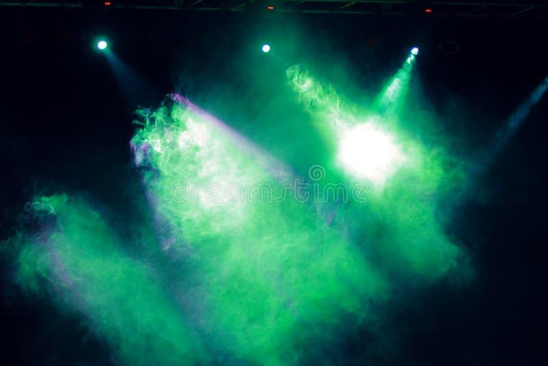 对音乐会照明设备的烟作用 库存照片