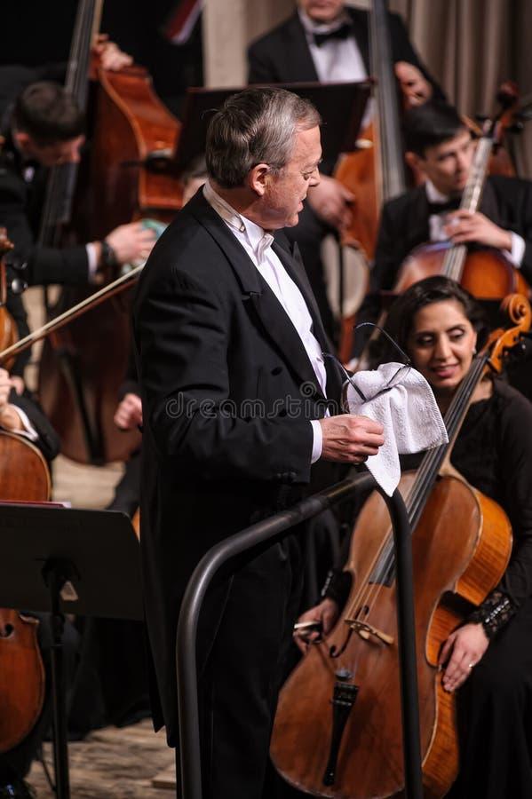 对音乐会的交响乐团prepers指挥  库存图片