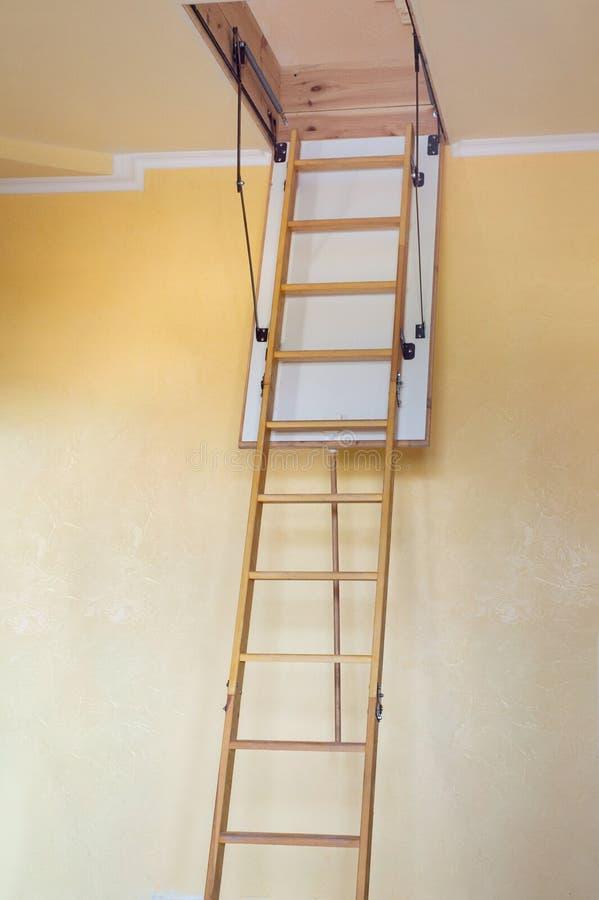 对顶楼的木楼梯在空一个现代的房子里 免版税库存照片