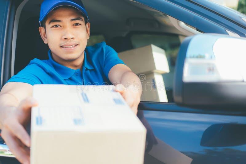 对顾客的交付司机提供的小包 库存照片