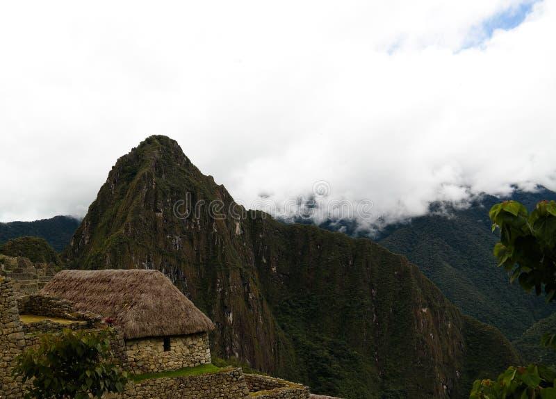对马丘比丘考古学站点和Huayna Picchu山,库斯科省,秘鲁的空中全景 库存照片