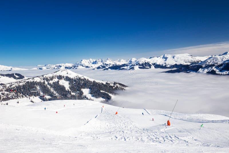 对高山山和滑雪的看法在从著名Kitzbuehel滑雪胜地的奥地利倾斜 库存图片