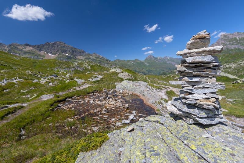 对高山山的风景与岩石石标和被赌的石头,圣伯纳迪诺山口,瑞士 库存照片
