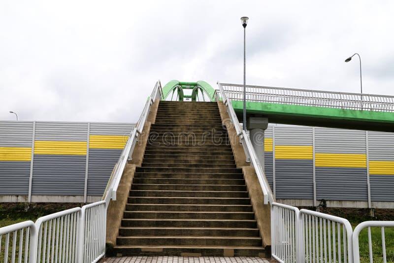 对高的行人交叉路的台阶 横跨路的安全段落 免版税图库摄影