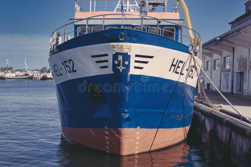 对鱼的一半的拖网渔船在恶劣环境测井口岸的  免版税库存照片