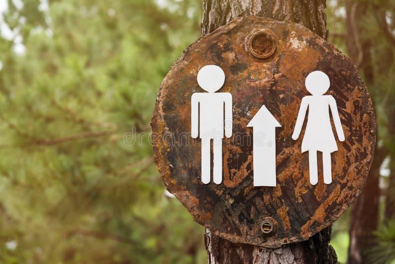 对洗手间的标志在树 图库摄影