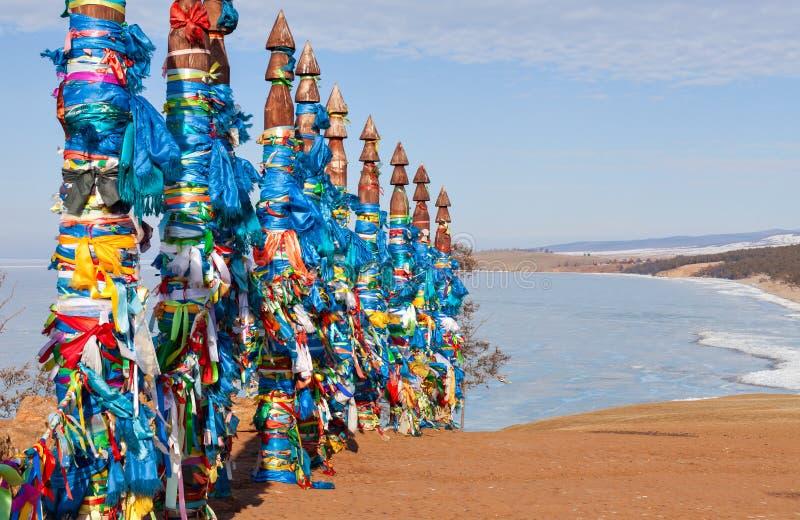 对系留柱毛哔叽的传统木杆 在Olkhon, Buryat地区,俄罗斯,西伯利亚的祷告旗子 免版税库存图片