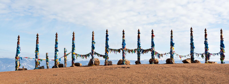 对系留柱毛哔叽的传统木杆 在Olkhon, Buryat地区,俄罗斯,西伯利亚的祷告旗子 库存图片