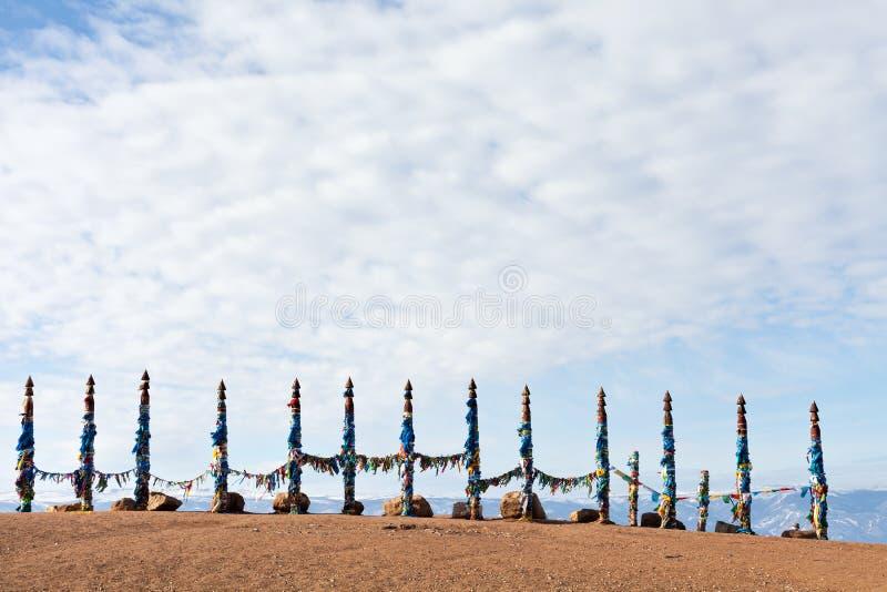 对系留柱毛哔叽的传统木杆 在Olkhon, Buryat地区,俄罗斯,西伯利亚的祷告旗子 免版税库存照片