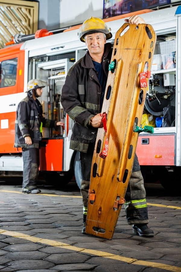 对负确信的消防队员的画象木 免版税库存图片