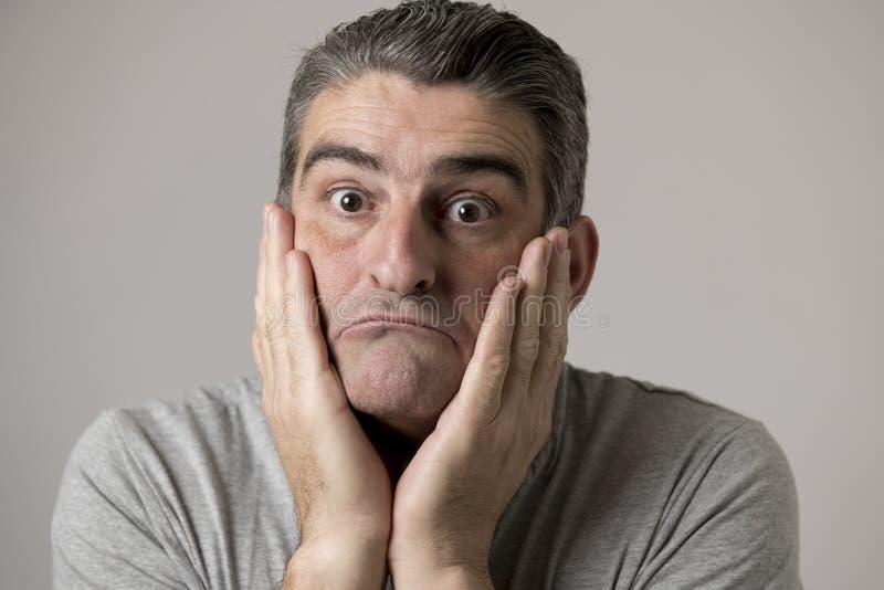 对50s哀伤和担心的人的看起来挫败和绝望在重音和哀痛面孔表示被隔绝的40s画象 免版税库存照片