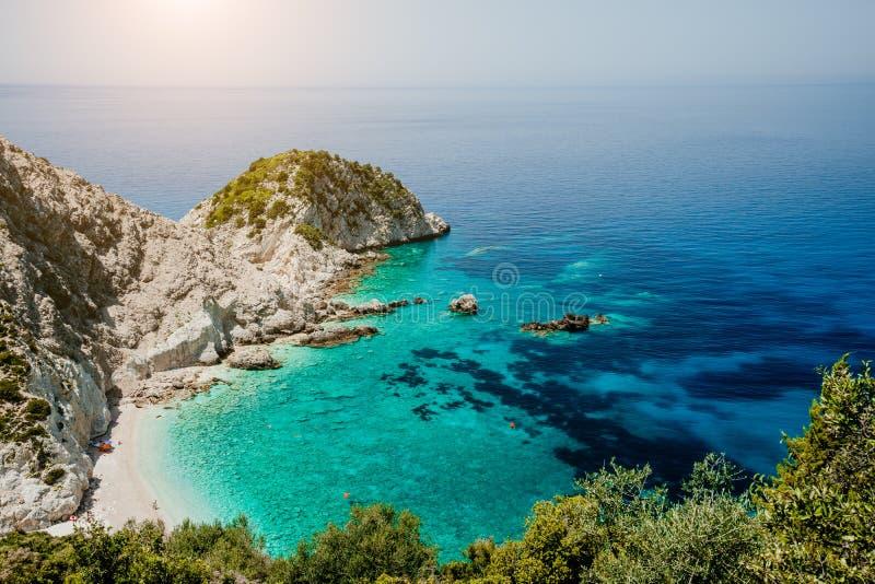 对Agia埃莱尼海滩的顶视图在Kefalonia海岛,希腊 最美丽的岩石狂放的海滩用清楚的鲜绿色水和 免版税库存图片