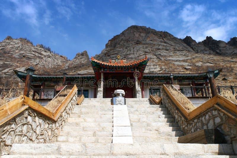 对Aryapala与说的委员会的凝思中心入口的楼梯Aryapala凝思中心,Gorkhi-Terelj国立公园 库存照片