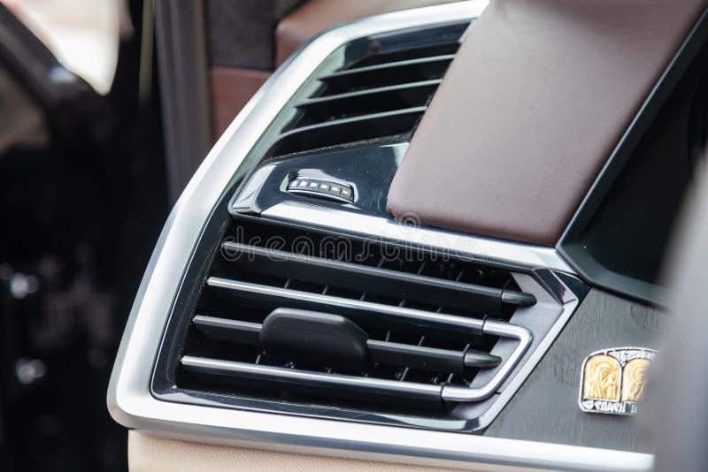 对BMW X7 M表现白色和棕色内部的看法与仪表板、中型系统、显示、前座和shiftgear afte的 库存图片