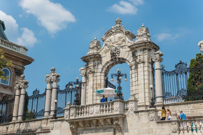 对Buda城堡-布达佩斯-匈牙利的门 免版税库存图片
