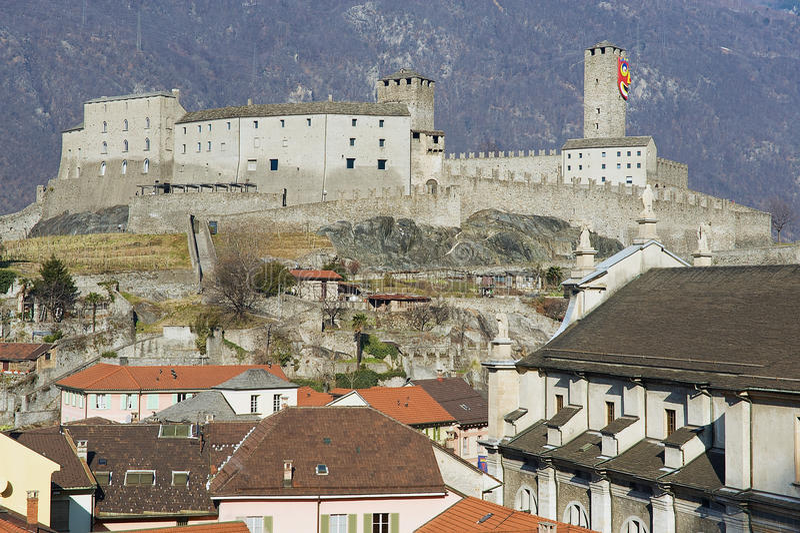对Castelgrande城堡和牧师会主持的教堂的看法在贝林佐纳,瑞士 免版税库存图片