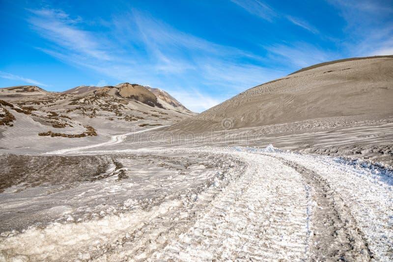 对Etna火山的小径与烟在冬天,火山风景,西西里岛海岛,意大利 免版税库存照片
