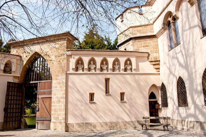 对Franzensburg城堡, Laxenburg,下奥地利州,奥地利庭院的门  免版税库存图片