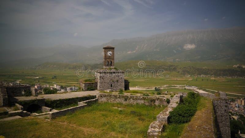 对Gjirokastra城堡的全景与墙壁、塔和时钟, Gjirokaster,阿尔巴尼亚 库存照片