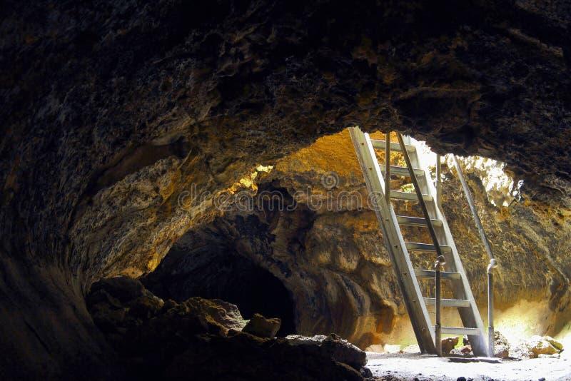 对Golden Dome洞,火山岩床国家历史文物,加利福尼亚的入口 库存图片