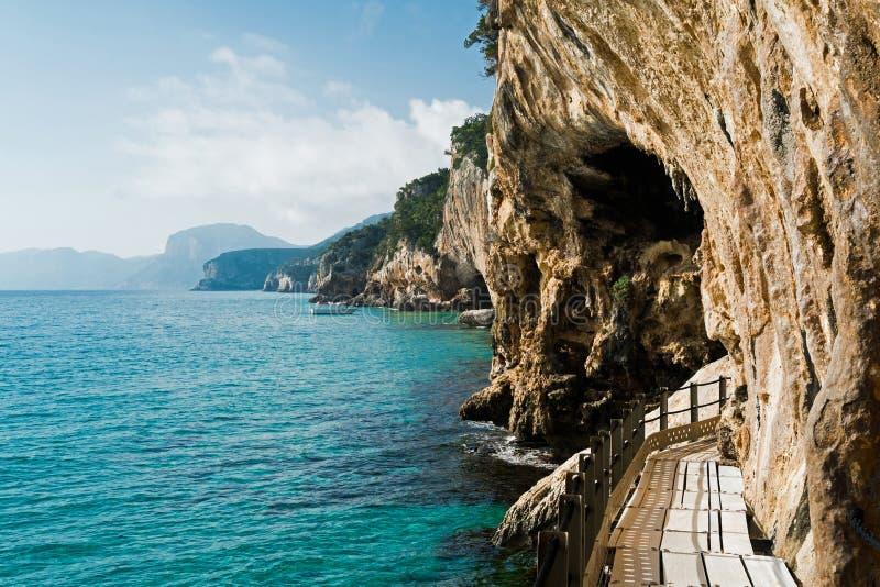对Grotta del Bue Marino的足迹 免版税库存照片