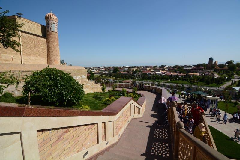 对Hazrat Khizr清真寺的楼梯,回教Kharimov坟茔主持 撒马而罕 乌兹别克斯坦 免版税图库摄影