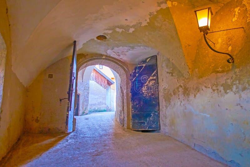 对Hohensalzburg城堡,萨尔茨堡,奥地利庭院的老门  免版税库存图片