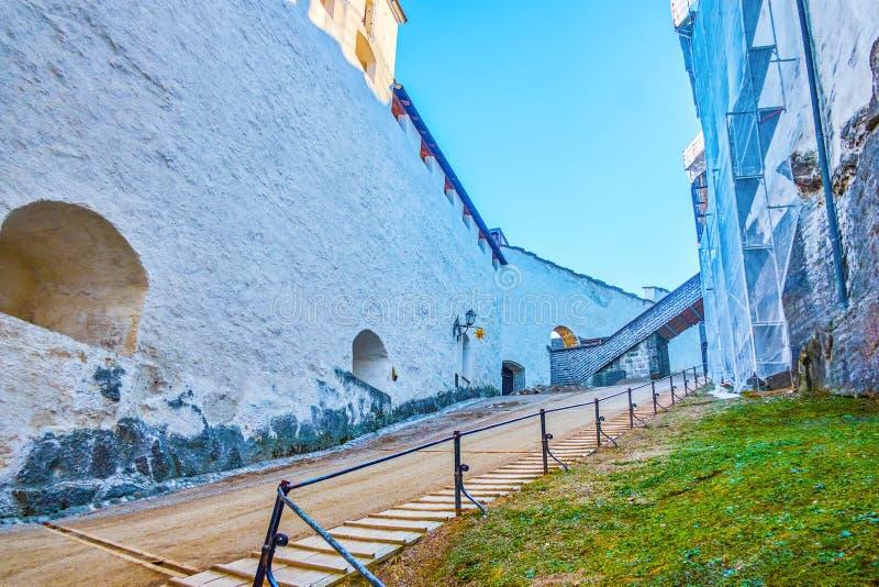 对Hohensalzburg堡垒,萨尔茨堡,奥地利的困难的上升 库存图片