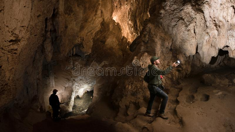 对Huagapo洞的游览在Tarma,秘鲁 图库摄影