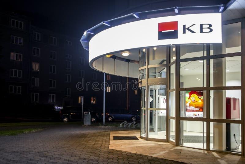 对Komercni Banka在哈维若夫,捷克分支的入口在晚上小时 免版税图库摄影