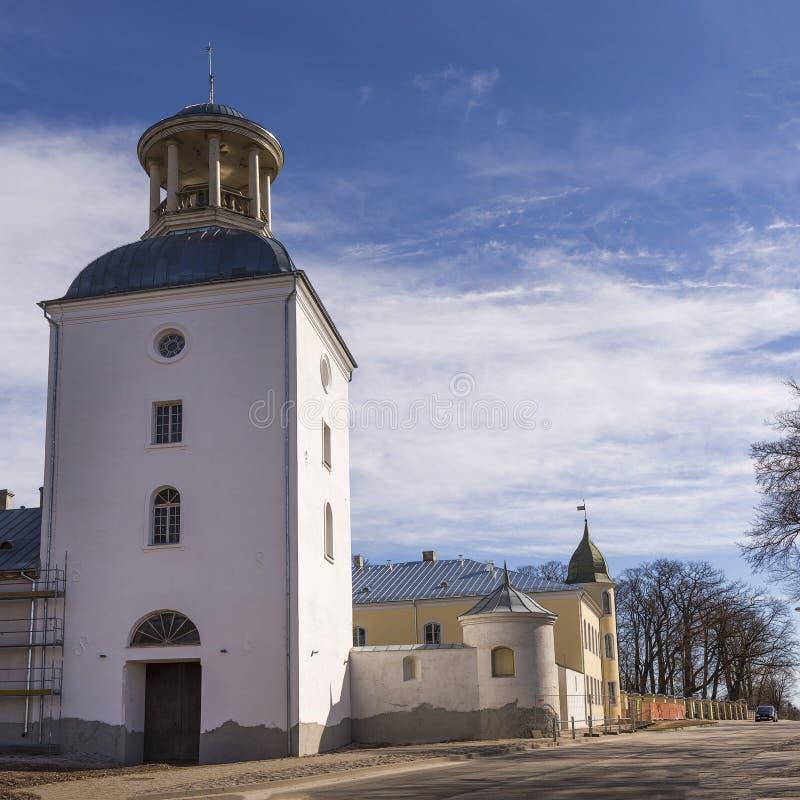对Krustpils中世纪城堡的看法从有没人的街道场面的 r 库存照片