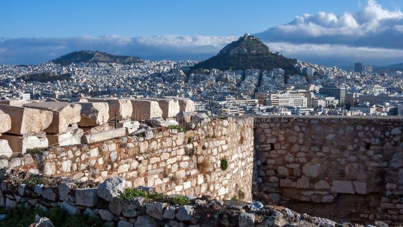 对Lykavittos小山的全景在市雅典 库存图片