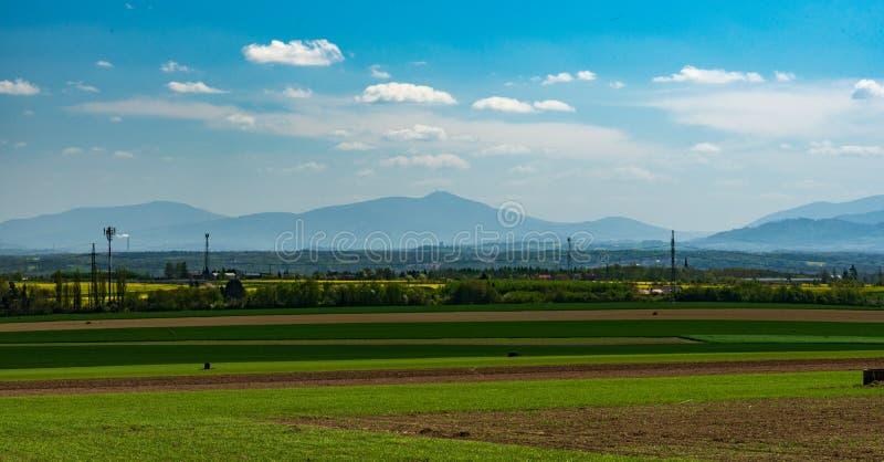 对Moravskoslezske Beskydy山脉的看法与从领域的最高的Lysa hora小山在捷克共和国的俄斯拉发波鲁巴市上 免版税库存图片