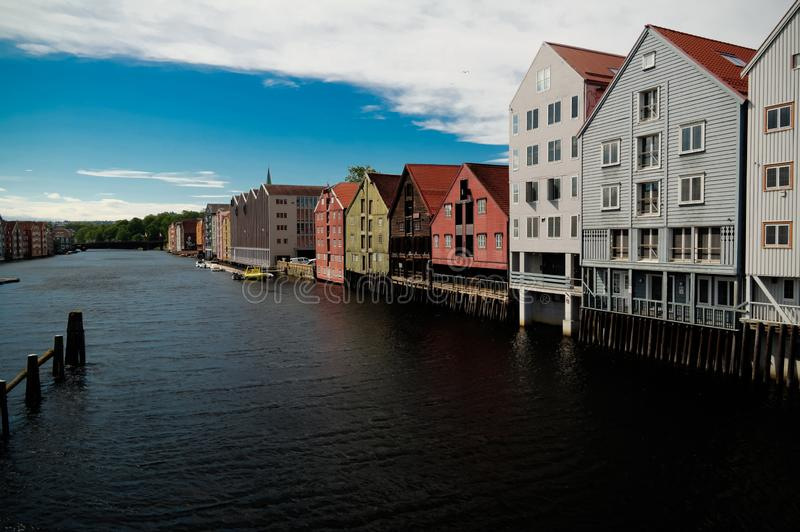 对Nidelva河和高跷房子,特隆赫姆,挪威的全景 图库摄影