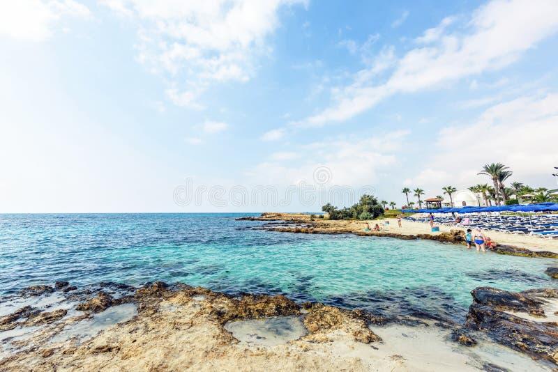 对Nissi海滩的白天视图与五颜六色的明亮的大海和 免版税库存图片