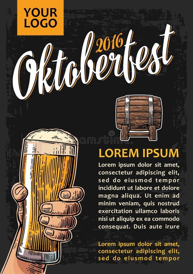 对oktoberfest节日的海报 拿着啤酒杯玻璃和木桶的手 向量例证