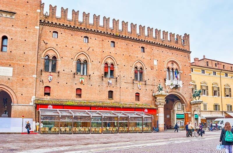 对Palazzo Ducale Estense的大门在费拉拉,意大利 免版税库存图片