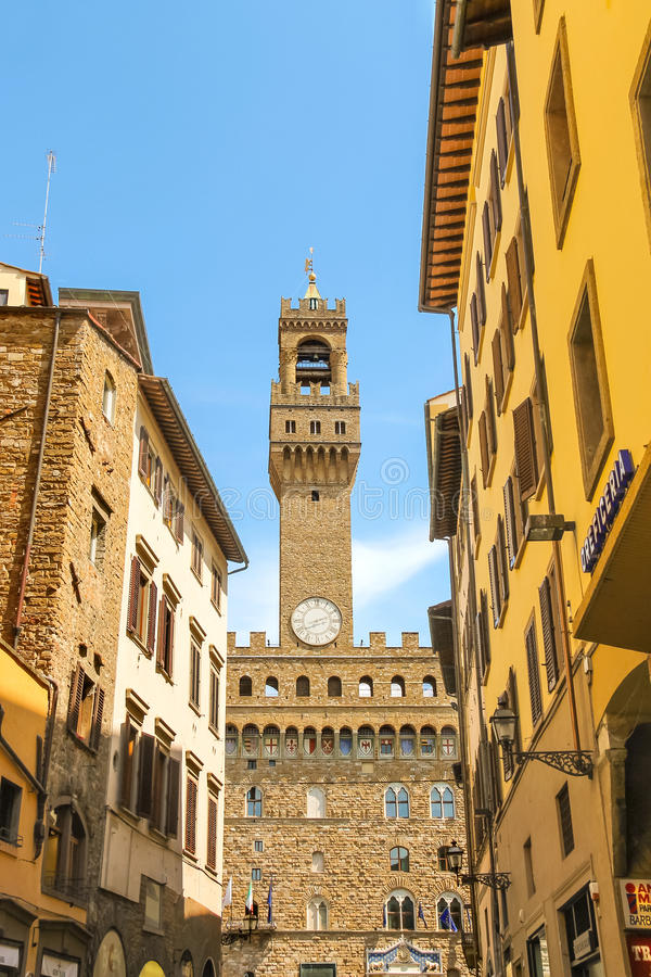 对Palazzo Vecchio的看法从佛罗伦萨市街道 免版税库存照片