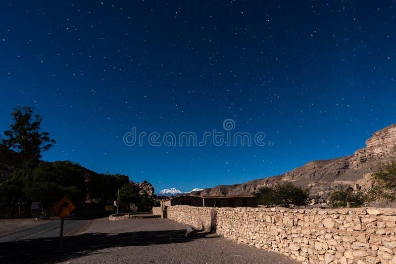 对Paniri火山的方式在夜空的阿塔卡马沙漠 库存图片